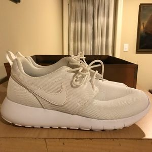 Nike white rosche size 5youth